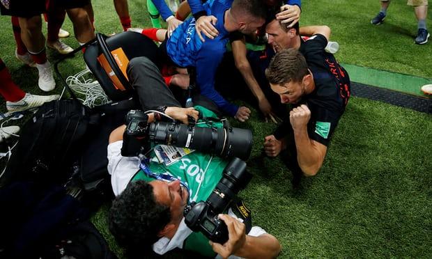 Едвај спаси жива глава: Среќниот фотограф врз кои скокнаа хрватските фудбалери направи историски фотографии, но доби и бакнеж (ФОТО)