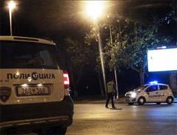 Нападнале полицаец среде Скопје и се дале во бегство