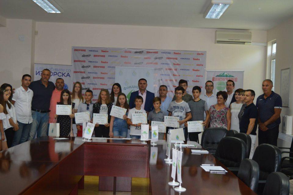 """Митко Јанчев ги додели првите стипендии на фондацијата """"Никола Јанчев"""" за учениците од основните и средните училишта како и студентите"""