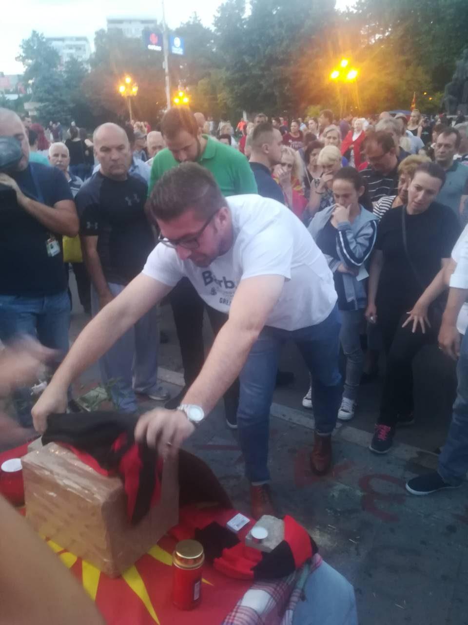 ФОТО: Мицкоски пред Собрание испрати последен поздрав за Саздо- запали свеќа и го остави дресот