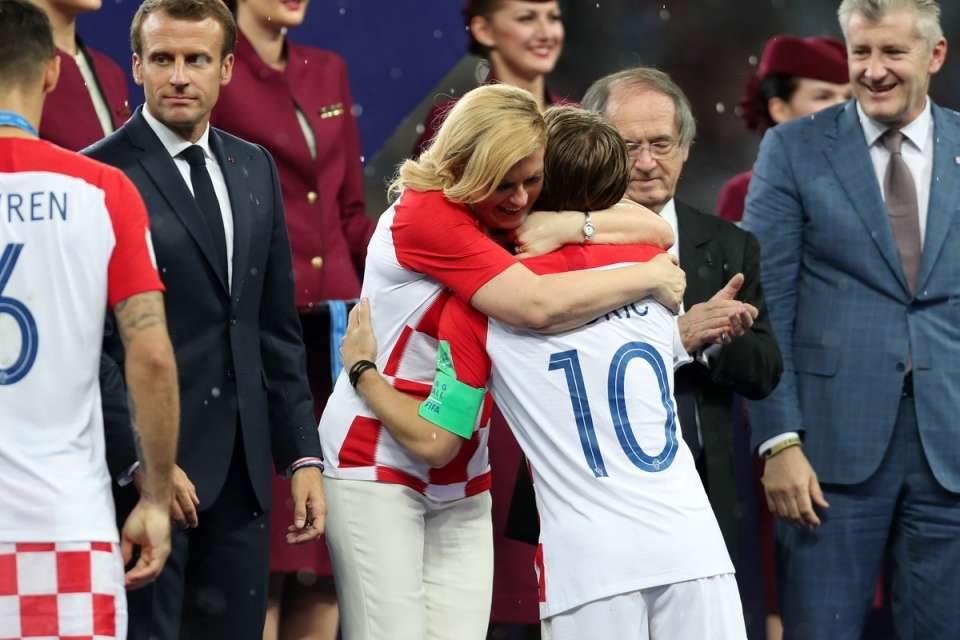 На СП привлече внимание прегрнувајќи ги сите фудбалери, но по овој поздрав со претседателот на Словенија стана незаменлива (ФОТО)
