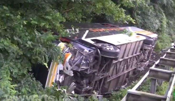 Тешка сообраќајка во Грделичка клисура: Се судрија автобус и 2 автомобили- повредени 21 лице