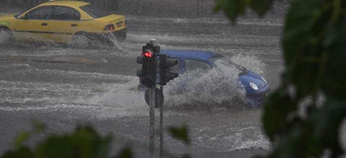 По големиот пожар силно невреме ја поплави Атина