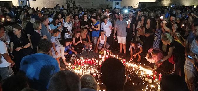 МОЛК ВО АТИНА: Со свеќи формирано срце и датумот на катастрофалните пожари во кои загинаа 91 лице (ФОТО)