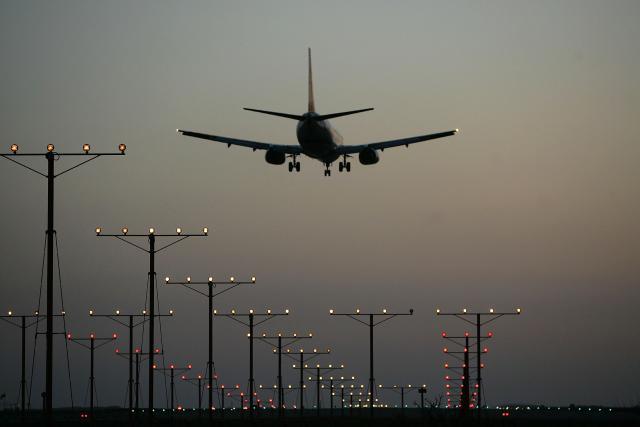 Авион со девет патници исчезна во Индонезија