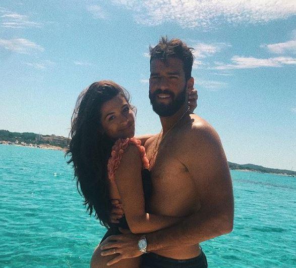 Секси докторката го запали островот: Сопругата на најскапиот голман во светот ќе ви го помати паметот во бикини (ФОТО)