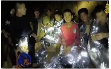 СРЕЌЕН КРАЈ: Мисијата на векот заврши- сите деца и тренерот спасени од пештерата во Тајланд