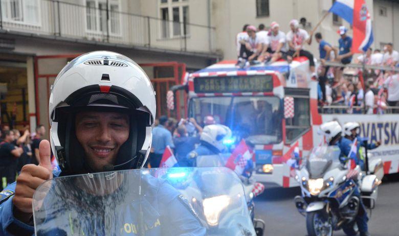 Пронајден хрватскиот полицаец кој со својот гест ги воодушеви сите на пречекот на репрезентацијата, познати сите детали