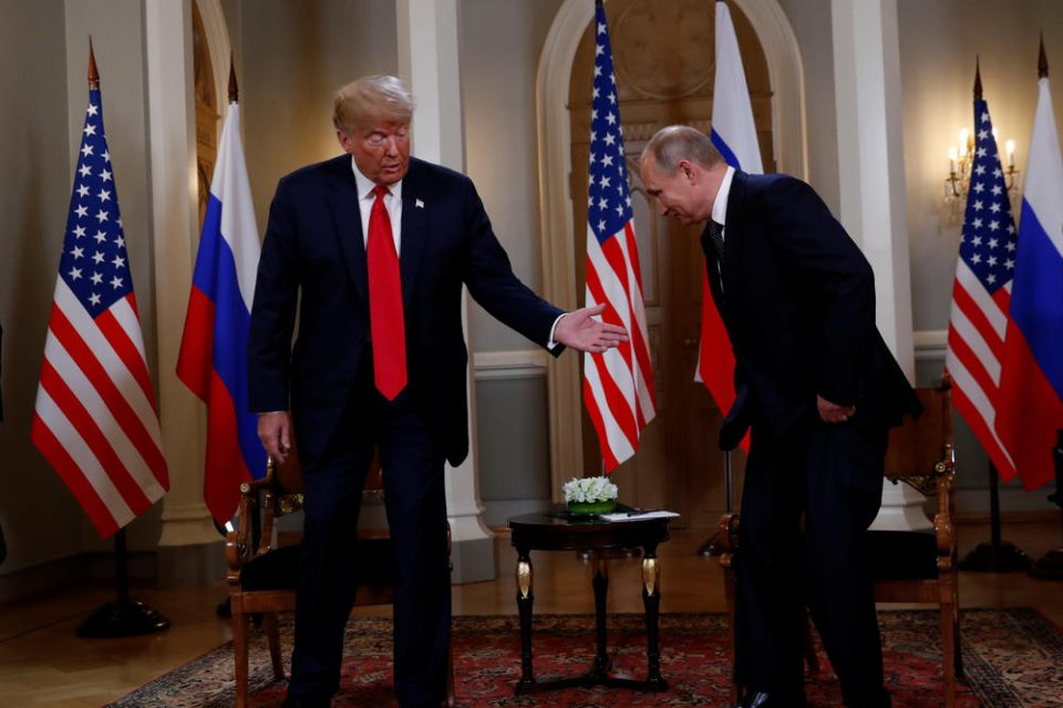 Целиот свет се прашува што значеше ова: После ракувањето со Путин, Трамп направи нешто неочекувано (ВИДЕО)