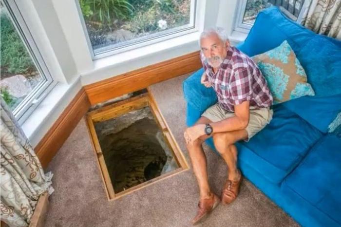 Сонувал чуден сон и ја земал лопатата во раце: Ја раскопа дневната соба и најде мистериозна дупка (ВИДЕО)