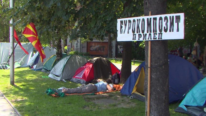 Вработените од Еурокомпозит поставија шатори пред Владата и најавија дека не заминуваат додека не се реши проблемот