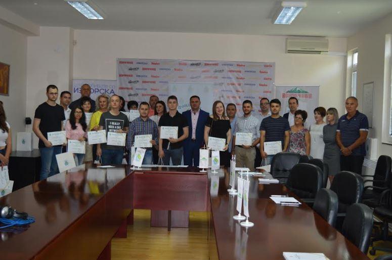 """Фондацијата """"Никола Јанчев"""" ги додели првите стипендии за учениците од основните и средните училишта"""