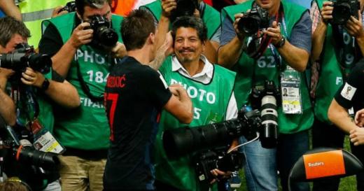 """Фоторепортерот кој беше """"прегазен"""" од Манџукиќ и соиграчите доби бесплатен одмор во Хрватска"""