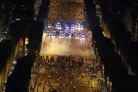 Хаос во Франција, прославата премина во хулиганство: 500 лица уапсени , опожарени 900 автомобили