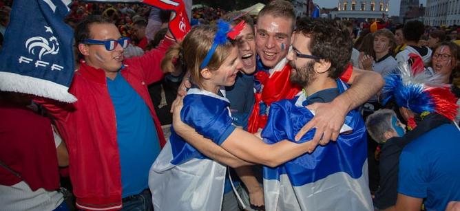 """Париз во транс: Илјадници навивачи излегоа на """"Шанзелизе"""" да ја прослават победата на Франција (ВИДЕО)"""