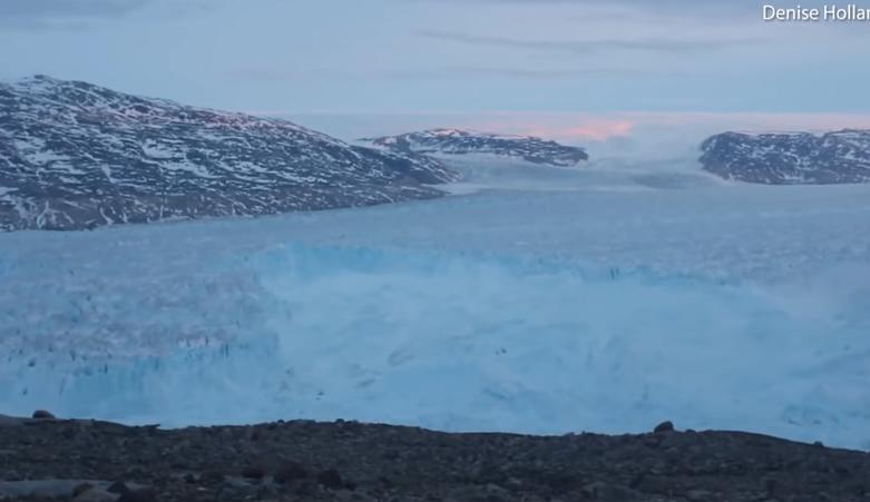 Монструозно парче мраз тешко десет милијарди тони од Гренланд падна во море (ВИДЕО)