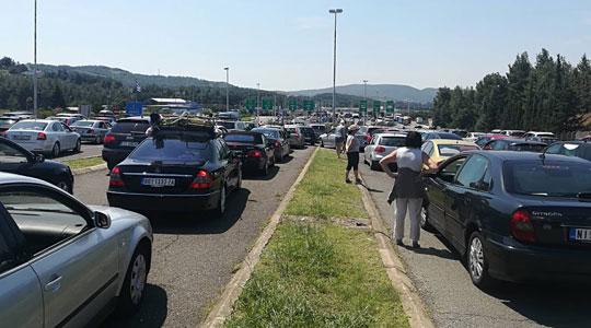 Сообраќајот надвор од градовите зголемен, на ГП Богородица се чека 30-тина минути
