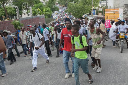Најмалку седум лица беа убиени при протестите во Хаити, Владата одлучи да не го поскапува горивото