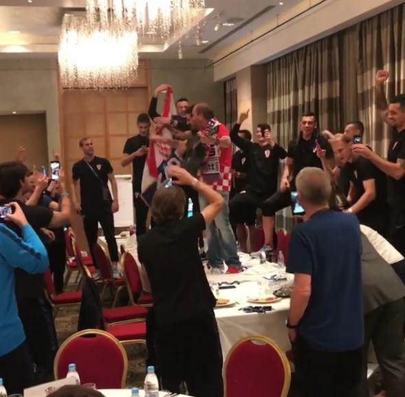 """""""Да можеа ќе го запалат""""- хрватските фудбалери направија хаос во хотелот, а кога познатиот пејач се качи на маса следуваше лудило (ВИДЕО)"""