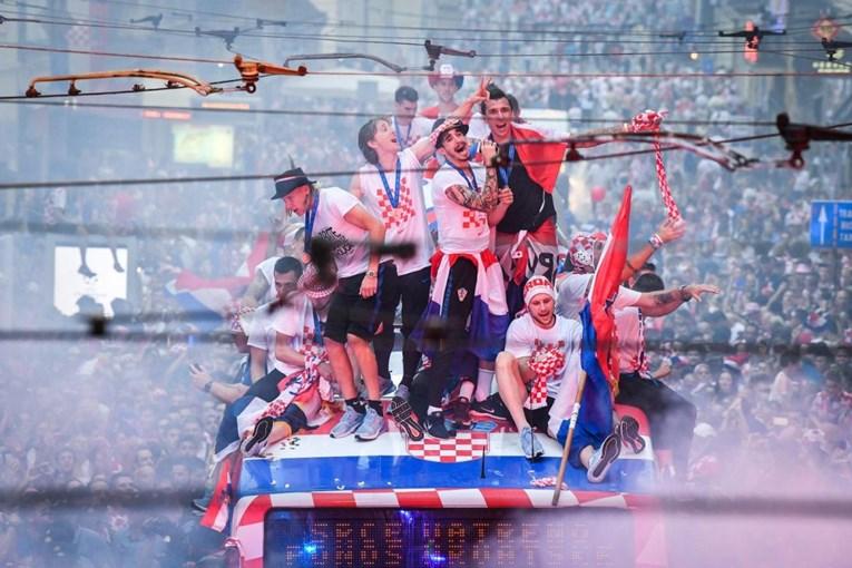 НЕВИДЕНИ СЦЕНИ: Неверојатна еуфорија во Загреб- фудбалерите пречекани како светски прваци од пола милион Хрвати (ФОТО ГАЛЕРИЈА)