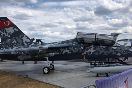 """Турскиот млазен авион """"Хурџет"""" претставен на авиосаем во Велика Британија"""
