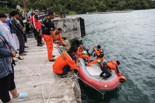 Над 30 луѓе загинаа при потонување на траект во Индонезија