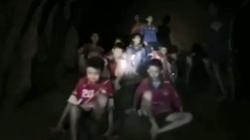 Не завршува голготата на децата и тренерот: Иако ги пронајдоа, не можат да ги извлечат од пештерата