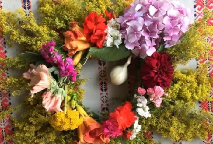 Утре е Иванден: Цвеќето има волшебна моќ, закачете пред куќата венец вечерва за да се уверите