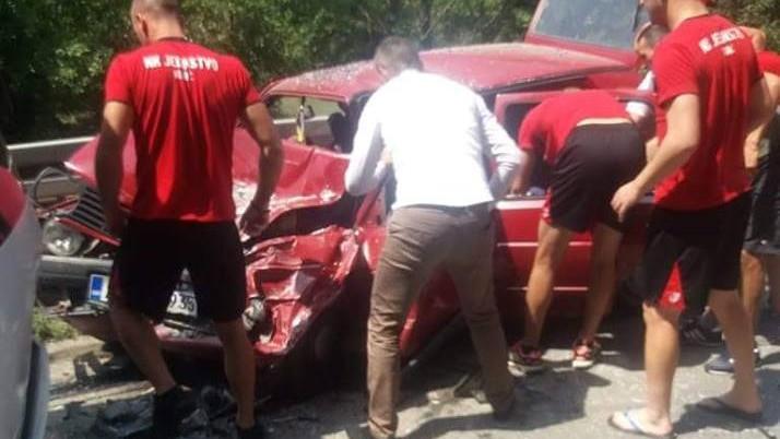 ФОТО: Автобусот на Јединство се судри со автомобил, македонскиот голман Петровски јуначки спаси живот на еден од патниците!