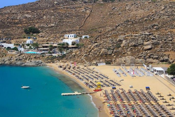 ФОТО: Крави ги изненадија туристите на една од најскапите грчки плажи