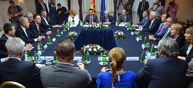 Заев објави како планира да гласи референдумско прашање, нова лидерска напладне