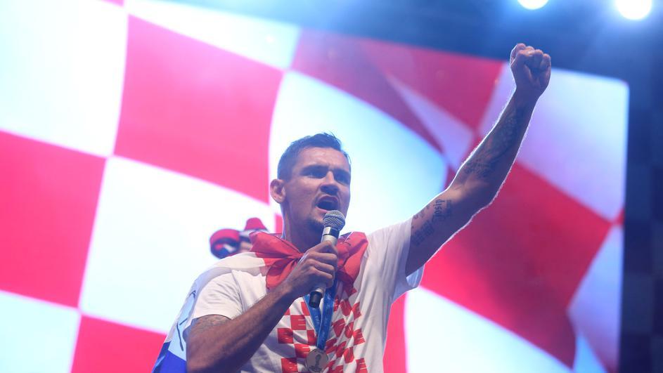 Ловрен ги воодушеви сите на пречекот во својот Карловац: Хрватскиот репрезентативец прати моќна порака до политичкиот врв