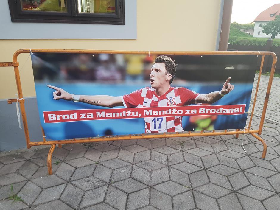 Што пие кафеана: Манџукиќ од Русија ги честеше тура своите сограѓани (ФОТО)