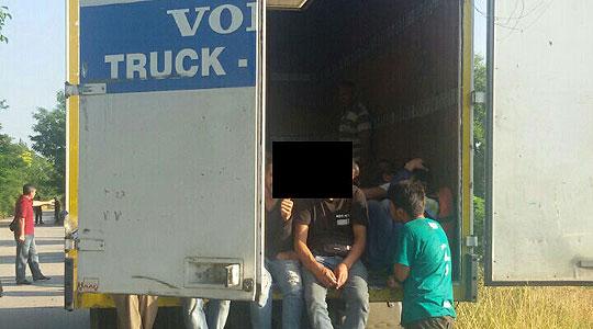 Полицијата откри 44 мигранти во камион на автопатот Гевгелија-Скопје