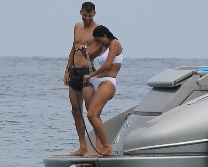 Прво го сончаше задникот, па му го покажуваше меѓуножјето: Познатиот тенисер ужива на јахта со пејачката Шерцингер (ФОТО)