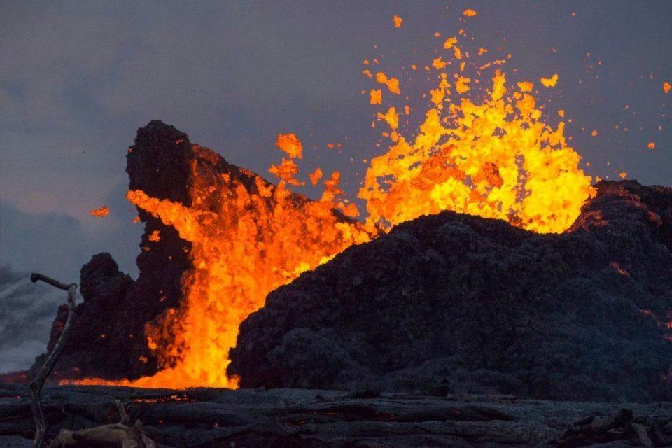 ХОРОР НА ХАВАИ: Туристи повредени откако вулканска лава погодила брод (ФОТО)