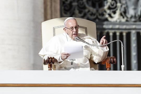 Папата Франциско ја осуди трговијата со луѓе