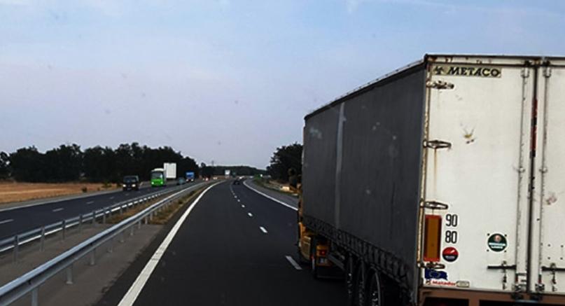 Возете со прилагодена брзина: Коловозите се влажни и има намалена видливост