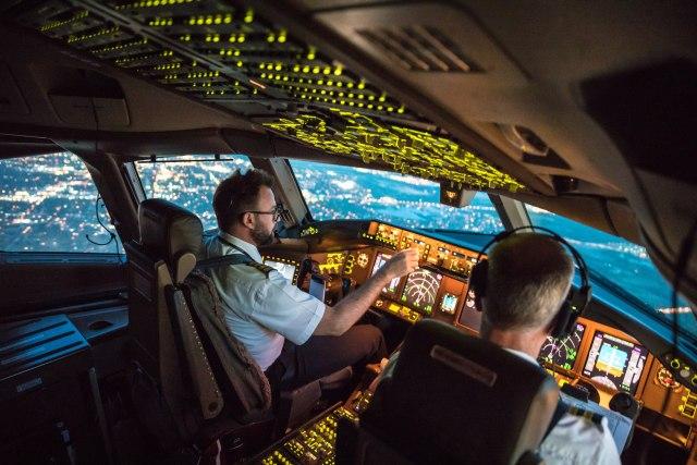 Пилот и копилот се степале поради неверојатна причина, авионот го делеле секунди од удар