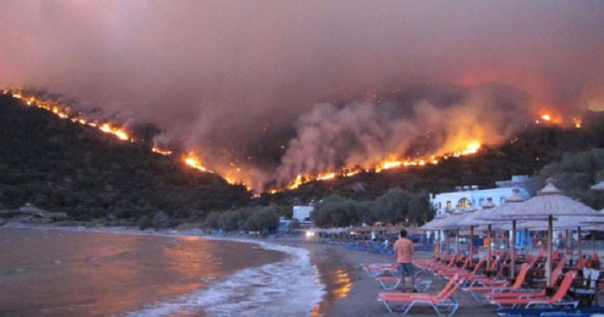 Ветерот го разгоре пожарот во близина на Атина, огнената стихија блиску до планинско село