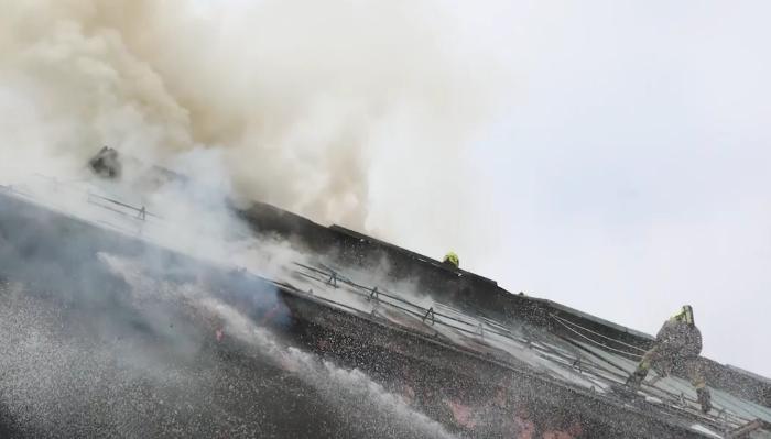 ВИДЕО: Пожар беснее во хотел во центарот на Љубљана, го гаснат дури 75 пожарникари