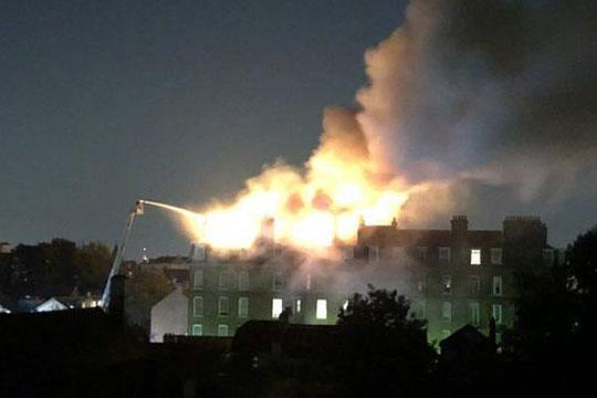 Гореше петкатница во Лондон, евакуирани 50 лица