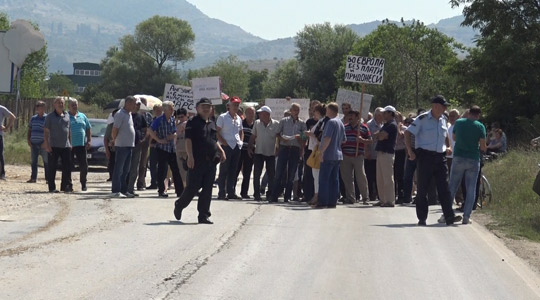 Вработените во Еурокомпозит протестираа со блокада на патот Прилеп-Градско