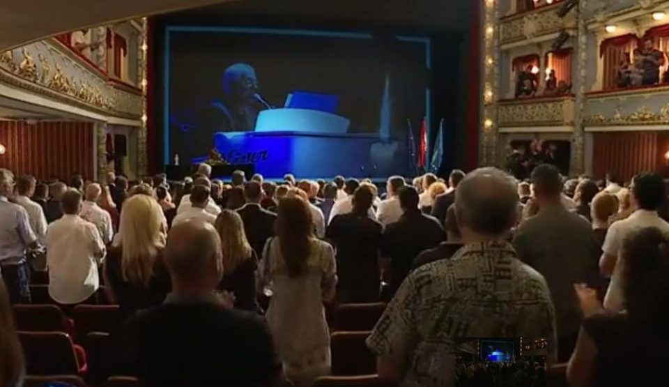 Целиот театар пееше во еден глас: Солзи и аплауз кој траеше бескрајно- емотивна комеморација по повод смртта на Оливер (ФОТО+ВИДЕО)