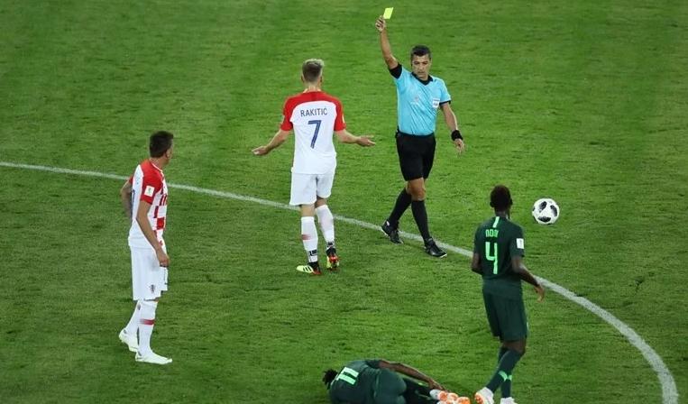 Бил суспендиран, еднаш за малку претепан од фудбалери: На Хрватска и Русија ќе им суди еден од најскандалозните судии (ВИДЕО)