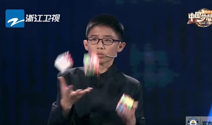 Нема да им верувате на сопствените очи: Погледнете што прави ова момче со три Рубикови коцки! (ВИДЕО)