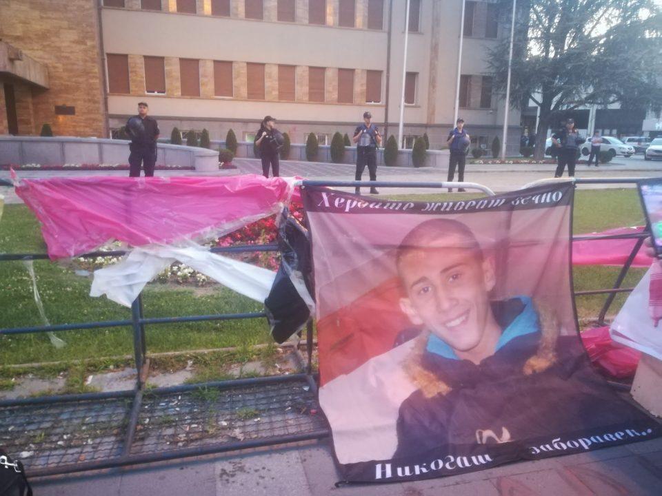 ФОТО: Минута молк за Никола Саздовски- со солзи во очи се палеа свеќи на протестот за Саздо