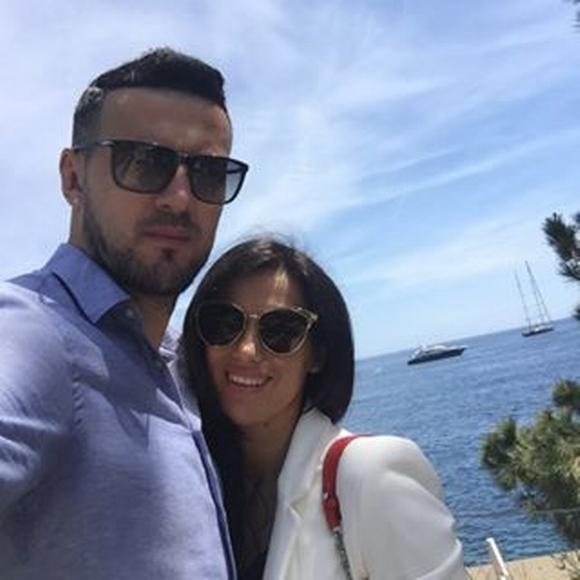 Субашиќ не и верува на својата девојка- откако таа седна да го управува авионот, голманот на фановите им упати шокантна порака (ФОТО)
