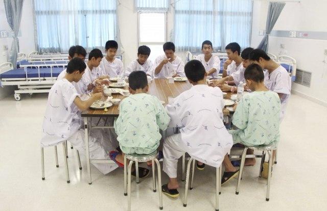 ВИДЕО: Тајландските деца и нивниот тренер излегоа од болница
