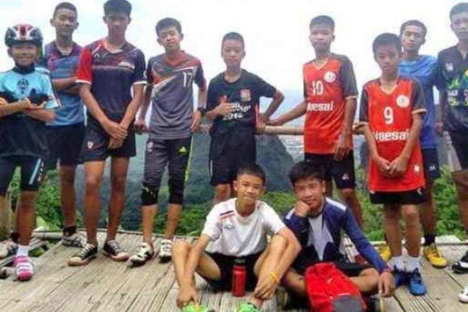 Момчињата спасени од пештера во Тајланд се повлекуваат во будистички храм